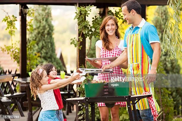 Familia mientras disfruta de una barbacoa.