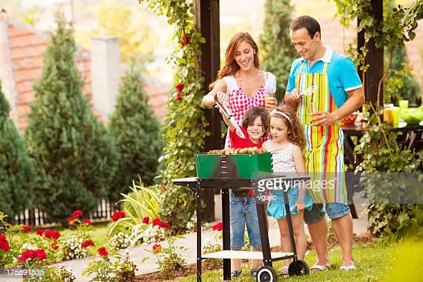 Familia mientras disfruta de una barbacoa