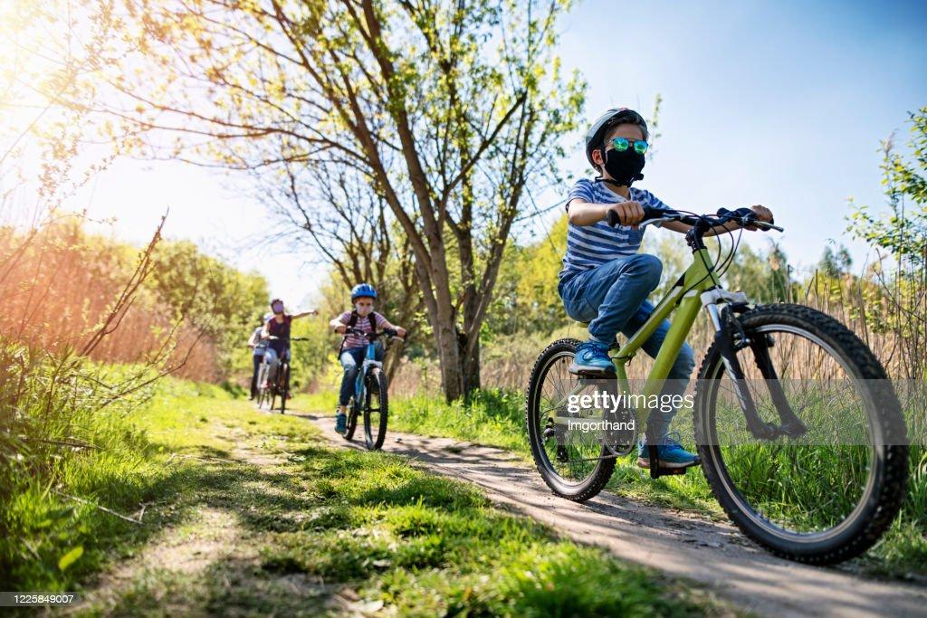 Family enjoying a bike trip during COVID-19 pandemic : Stock Photo