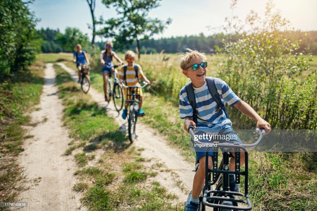 Familie genieten van een fietstocht : Stockfoto