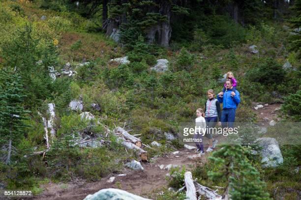 familia disfrutando de un paseo por la zona de desierto - 4 5 años fotografías e imágenes de stock