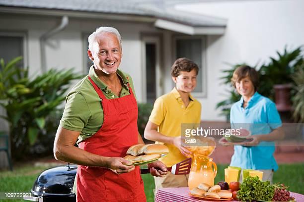 Familien genießen Picknick back yard