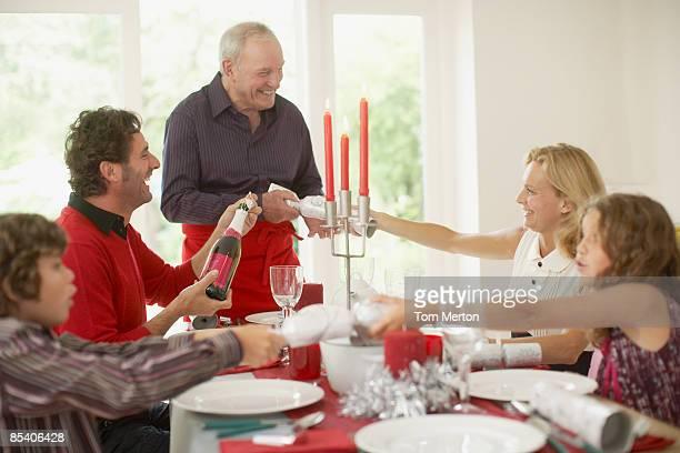 familia disfruta de la cena de navidad - cinco personas fotografías e imágenes de stock
