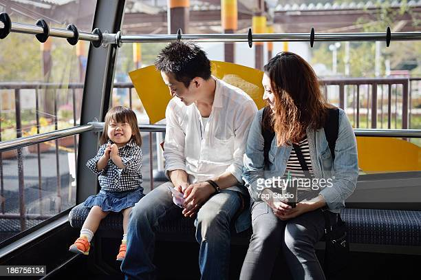 family enjoying day out - 首をかしげる ストックフォトと画像