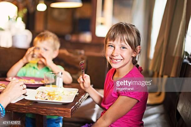 Famille appréciant le dîner