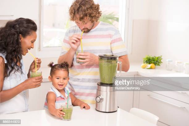 famille en sirotant une boisson fraîche. - ethiopian food photos et images de collection