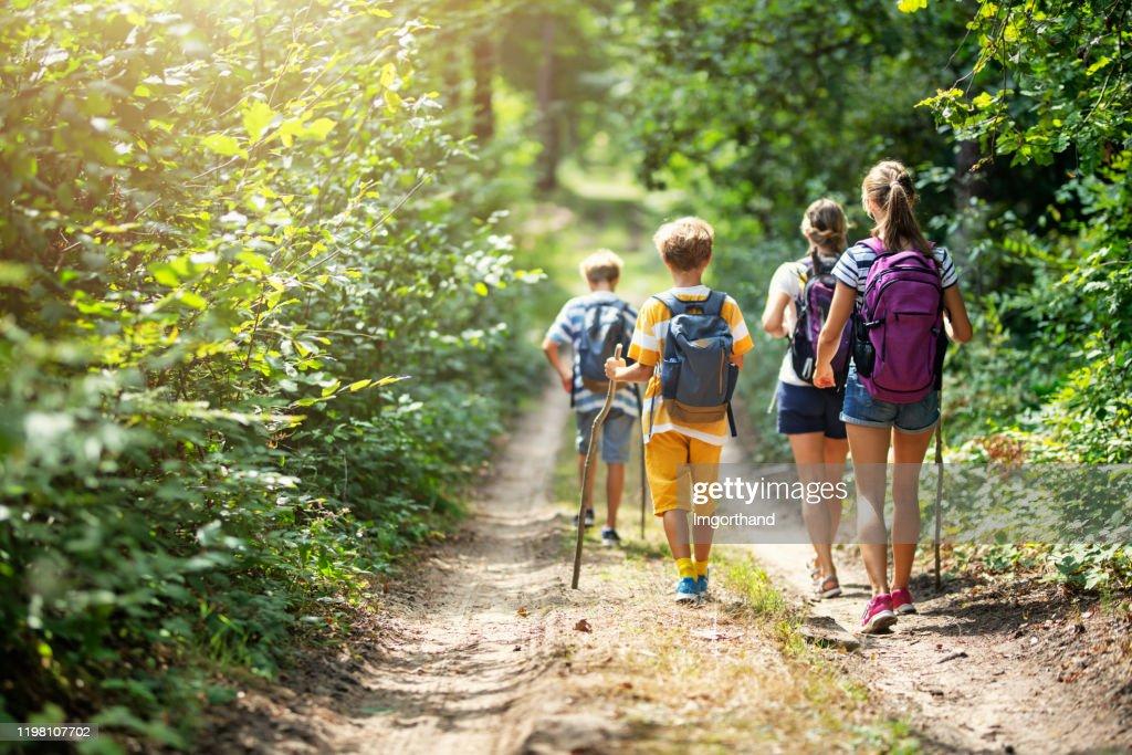 Famille appréciant la randonnée ensemble : Photo