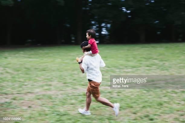 公園で楽しむ家族のピクニック - レクレーション活動 ストックフォトと画像