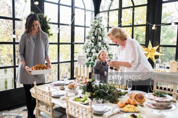 Familie genieten van Kerstmis voorbereiden