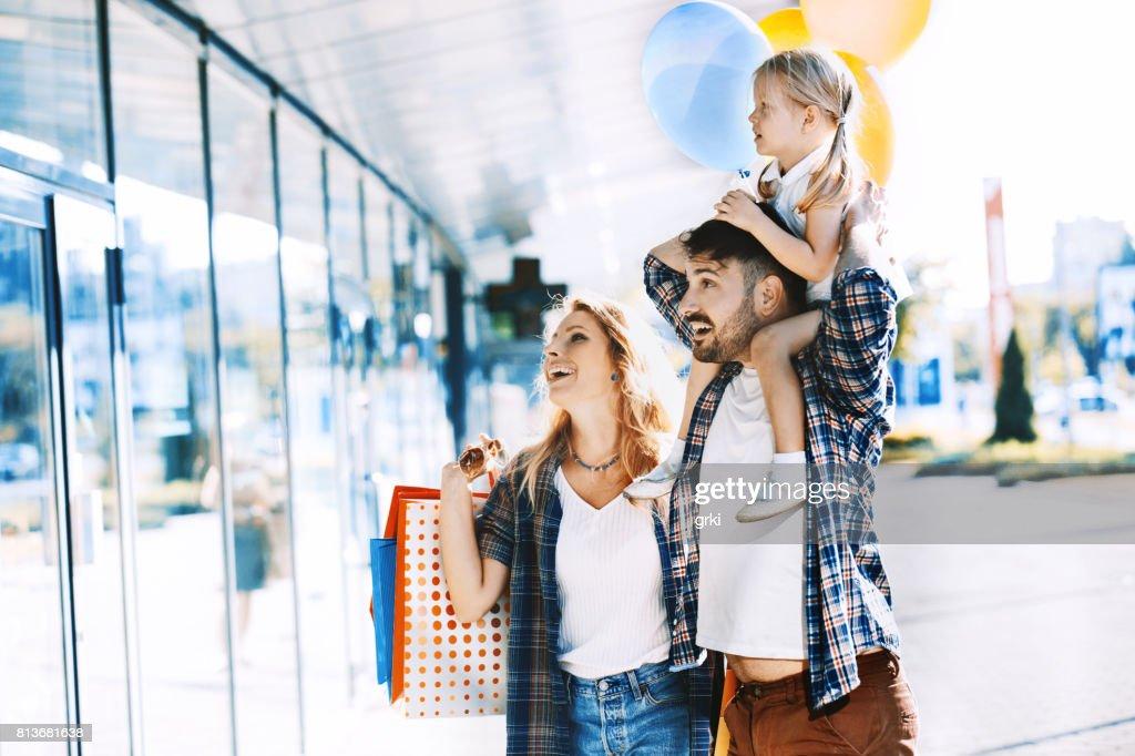家族の買い物を楽しんで : ストックフォト