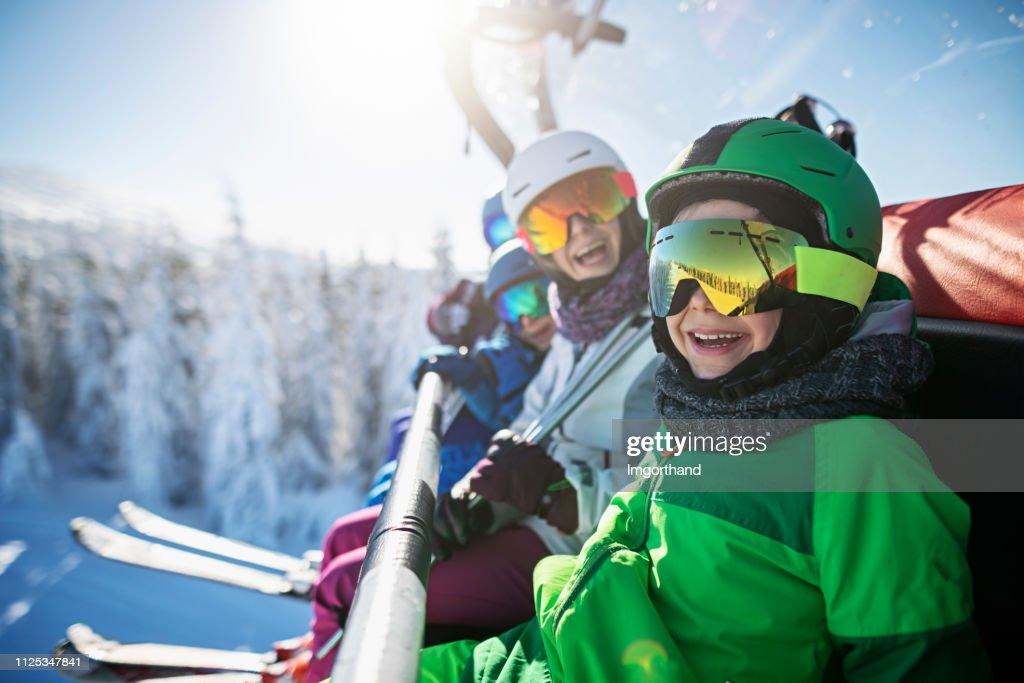Familia disfrutando de esquí en día de invierno soleado : Foto de stock