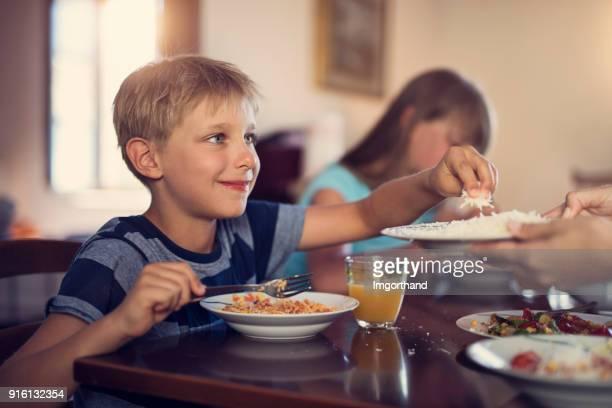 Familie Spaghetti Mittagessen