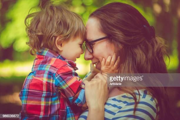familia disfrutando el verano en el parque - cara a cara fotografías e imágenes de stock