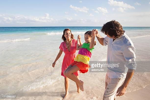 Familia disfruta de la playa