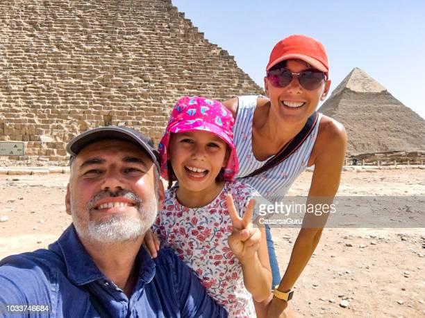 familie genießen, besuch der pyramiden von gizeh - nordafrika stock-fotos und bilder