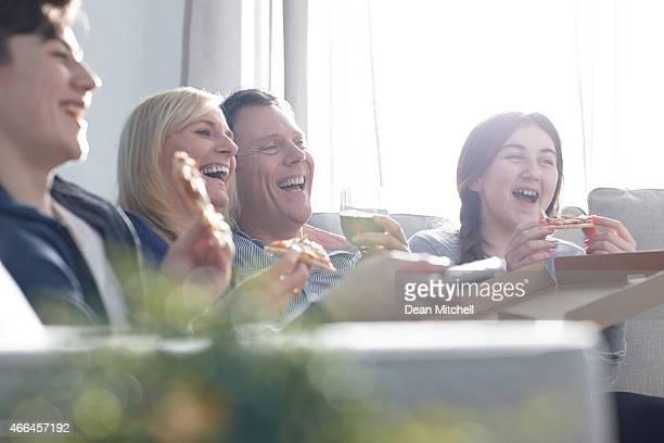 Famille en regardant un spectacle comique sur la télévision