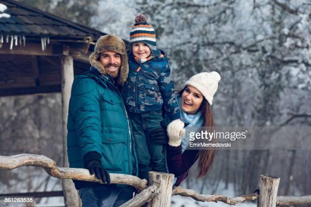 Familien genießen Wintertag im Wald.