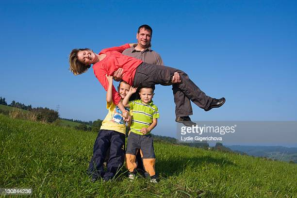 family, father, 36 years, mother, 30 years, children, 6 and 4 years, playing in a meadow - 30 39 years stock-fotos und bilder