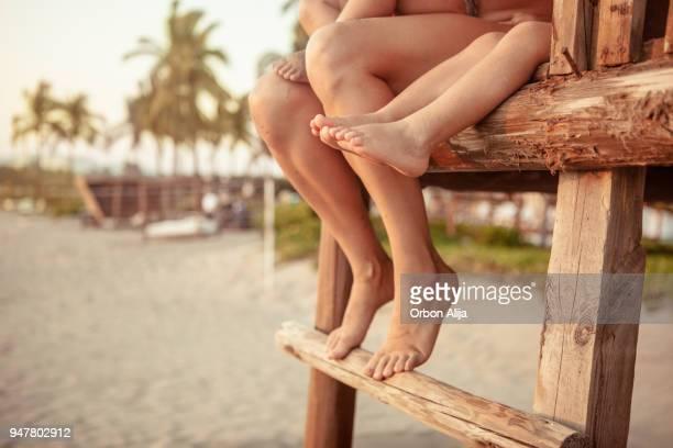 Familie Füße hängen von einer Hütte über dem Strand
