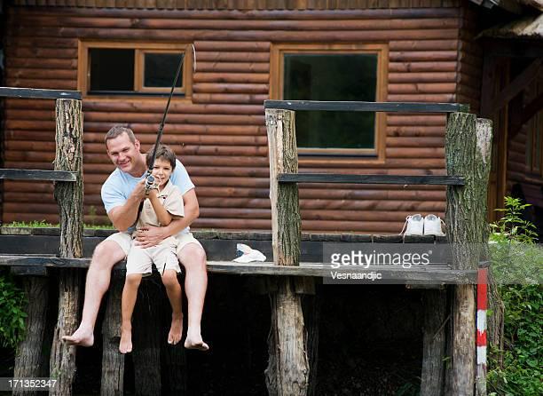 pesca en familia - casita de campo fotografías e imágenes de stock