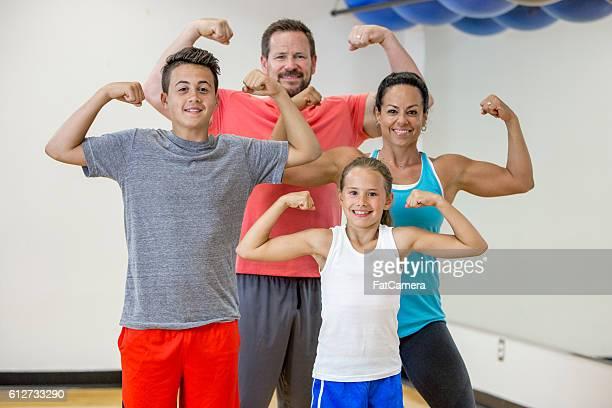 family fitness - spieren spannen stockfoto's en -beelden