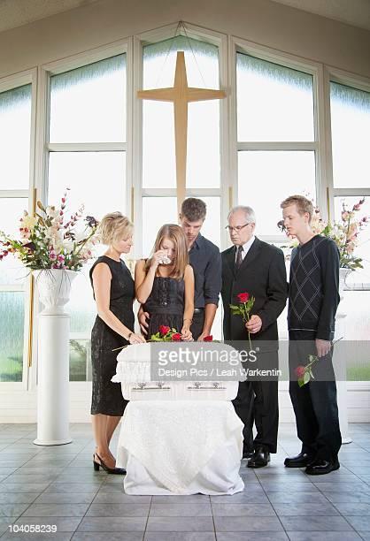 a family gathered around an infant's coffin - cercueil photos et images de collection
