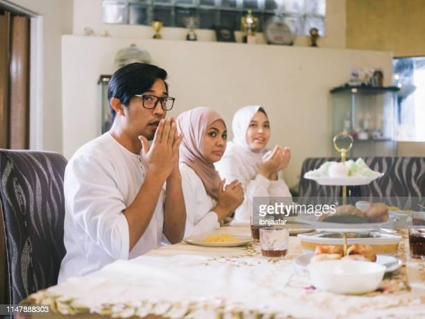 rassemblement de famille et manger ensemble - aid el kebir photos et images de collection