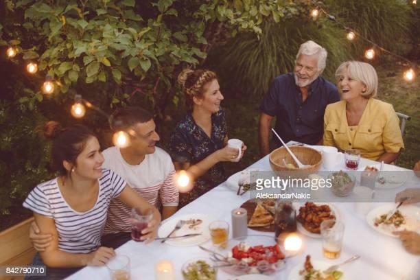 Familientreffen beim Abendessen