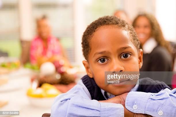 Fronces en famille pour dîner à la maison de Grand-mère. Petit garçon posant.