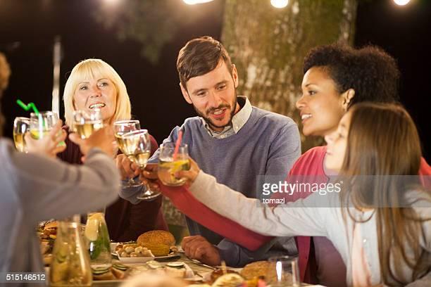ご家族のお集まりで自然のイブニングパーティ
