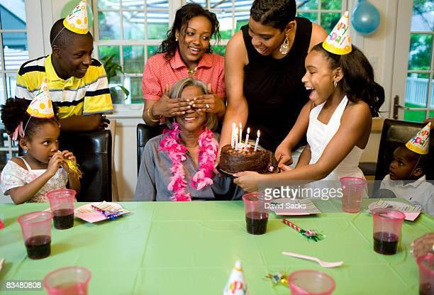 Familia dando sorpresa partido a su abuela
