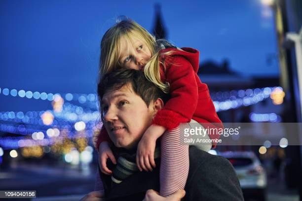 family going christmas shopping together - bonne fete papa photos et images de collection