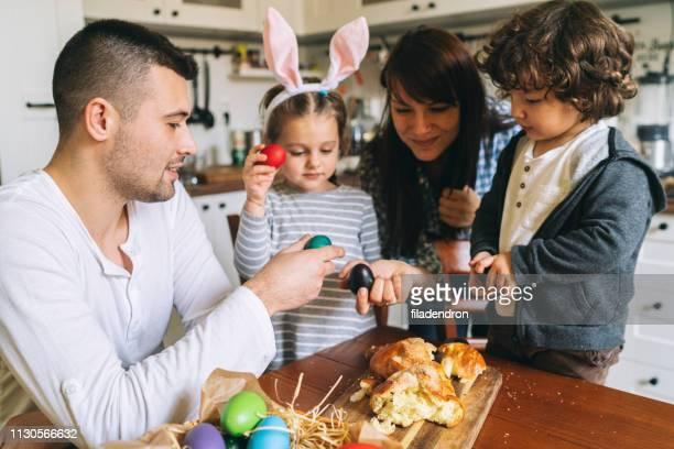 família se divirta na páscoa - easter family - fotografias e filmes do acervo