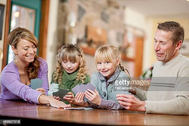 Famille ayant une partie sur la Table de nuit