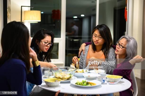 familj med en måltid på kinesiska nyåret - 30 34 years bildbanksfoton och bilder
