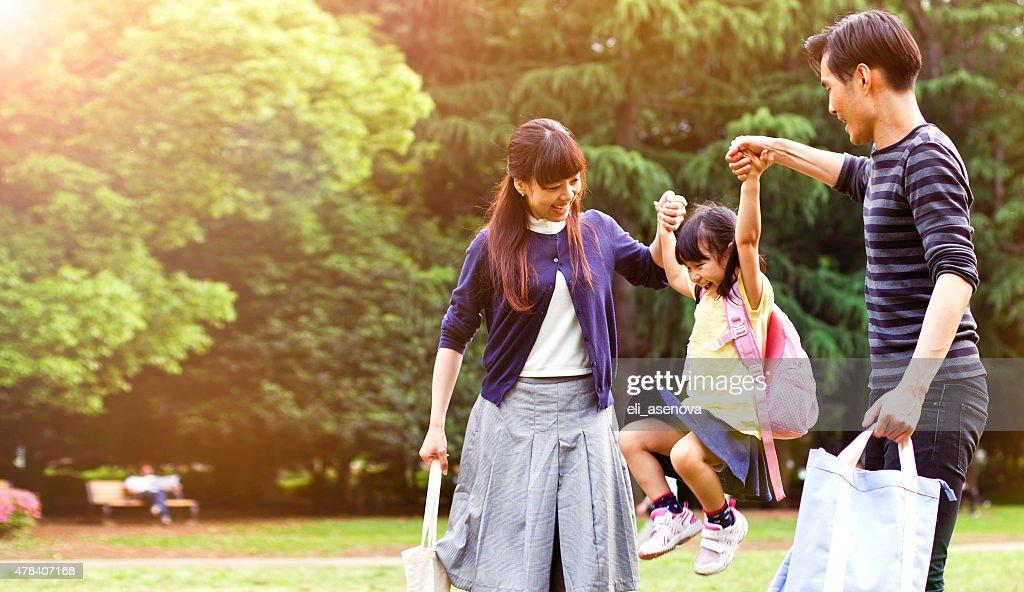 家族が、徒歩での屋外夏、東京 : ストックフォト