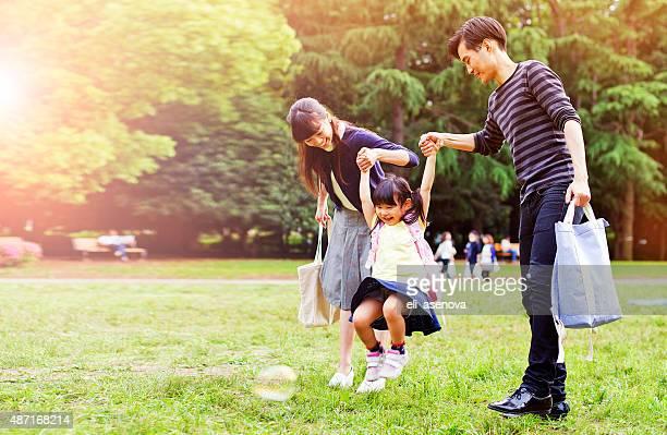 家族が、徒歩での屋外夏、東京