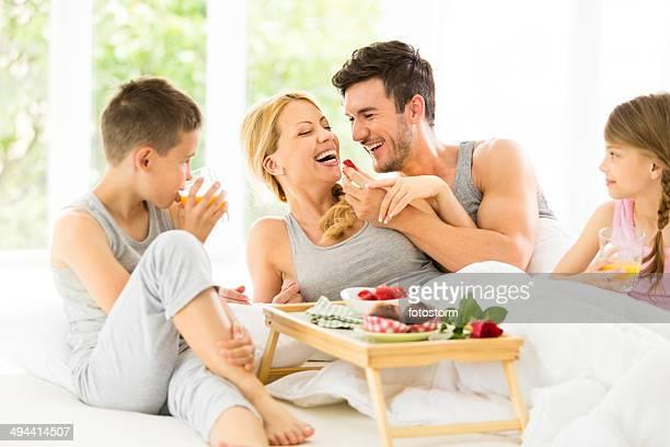 Familie hat Frühstück im Bett