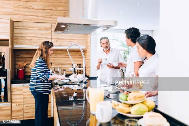Familie hat Frühstück in der Küche