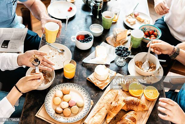 family having breakfast together at weekend - franse cultuur stockfoto's en -beelden