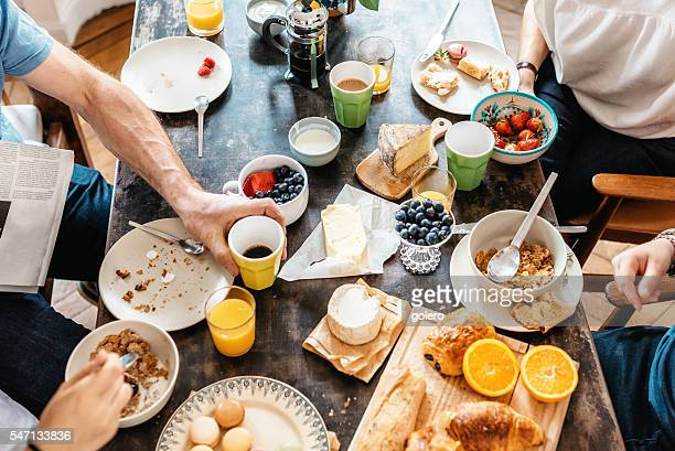 family having breakfast together in holidays - weekend activiteiten stockfoto's en -beelden