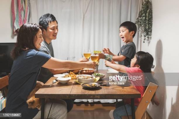 自宅で夕食を食べる家族 - 食卓 ストックフォトと画像
