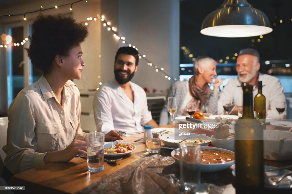 Familia cenando en Nochebuena. : Foto de stock