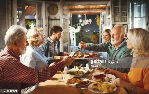famille en train de dîner le soir de noël. - repas photos et images de collection