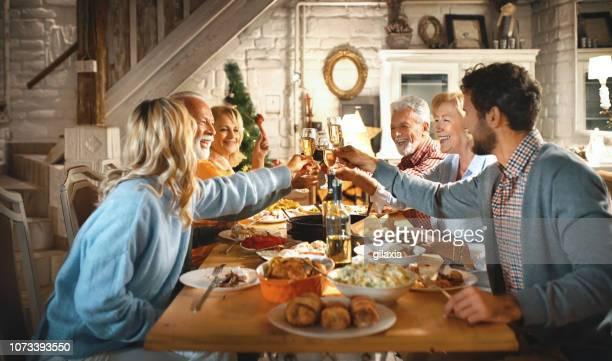 familie diner op kerstavond. - alleen volwassenen stockfoto's en -beelden