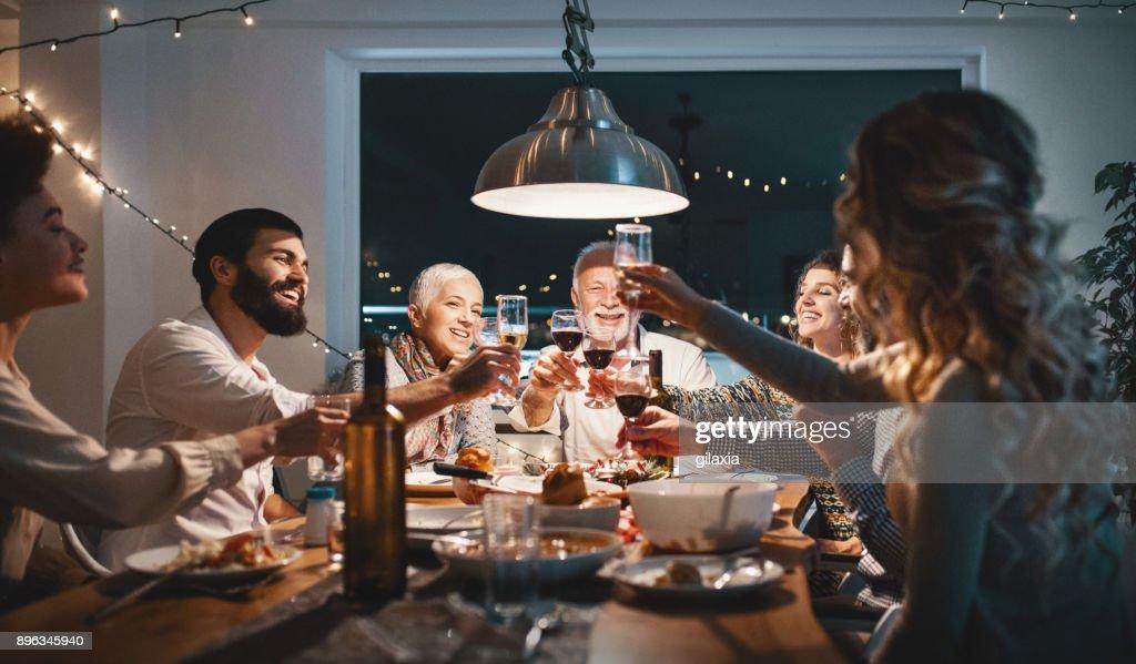 Família a jantar na véspera de Natal. : Foto de stock