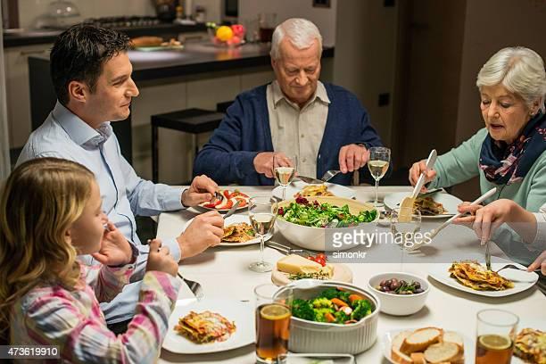 Famiglia avendo una cena