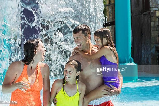 Familia divirtiéndos'en el parque acuático