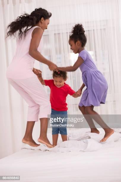 famille s'amuser avant de se coucher! - parti politique photos et images de collection