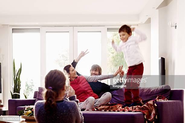 Familie, die Spaß im Wohnzimmer